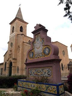 Iglesia y reloj de sol