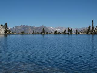 Glacier Lake und links im Hintergrund die Black Divide