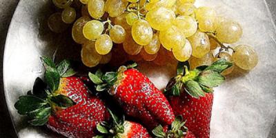Recetas postres fresas y uvas con caramelo