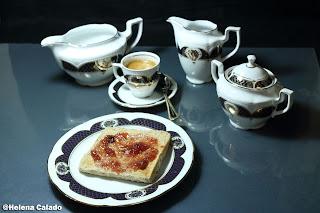fotografia do chá e torrada com doce servidos