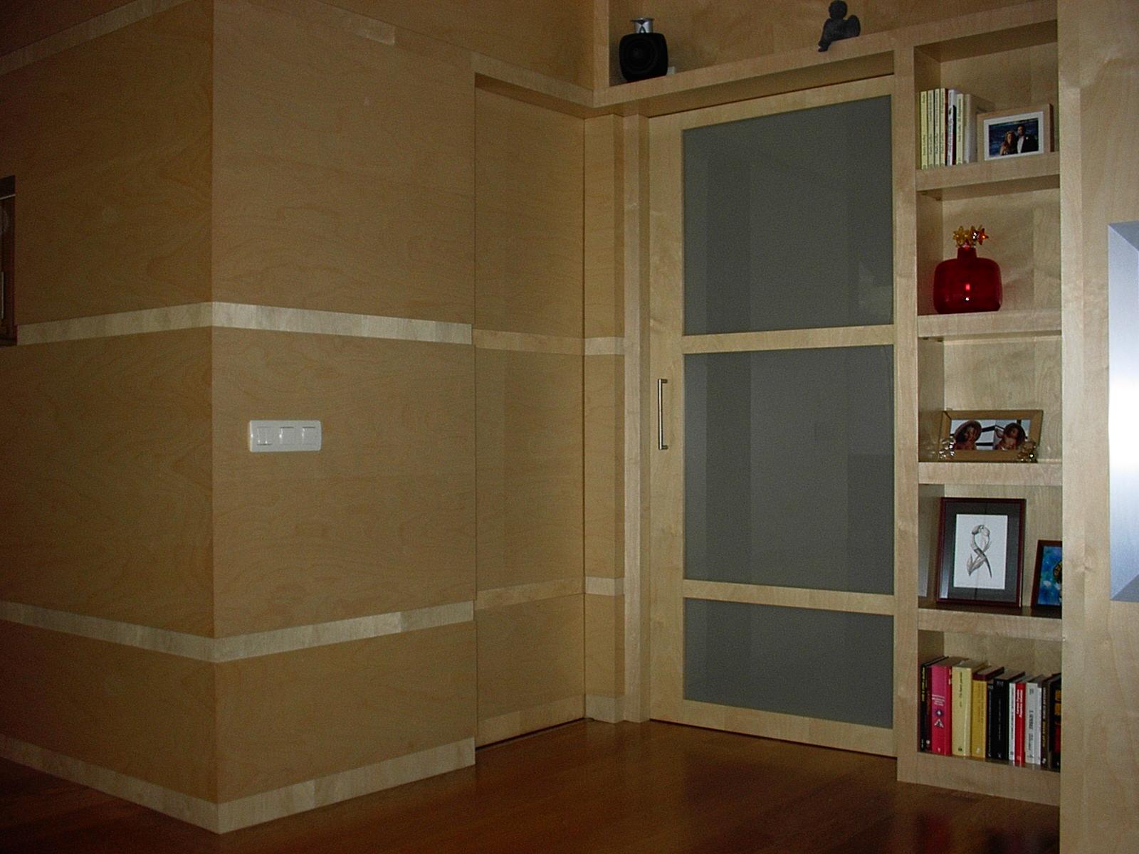 Chm interiorismo y reformas sal n con paredes paneladas for Paredes en madera