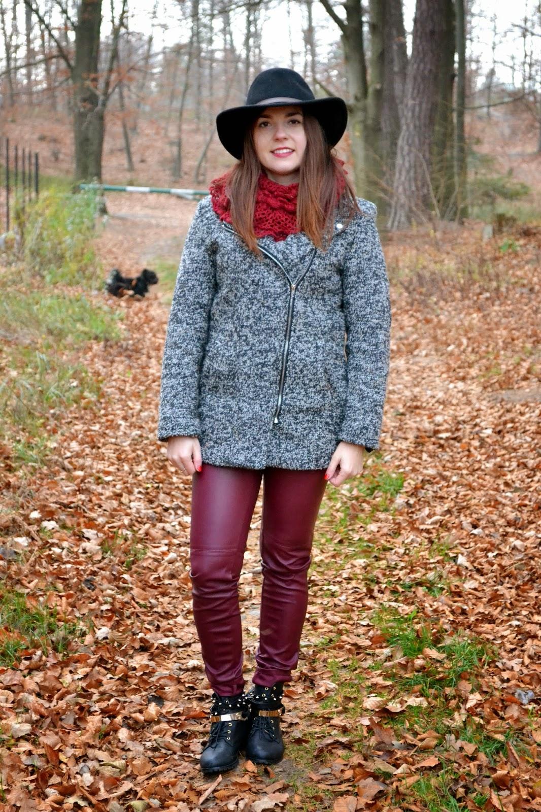 burgundowe spodnie z kapeluszem, bordowe spodnie, skórzane rurki, skórzane bordowe spodnie, czarny kapelusz stylizacja,kapelusz