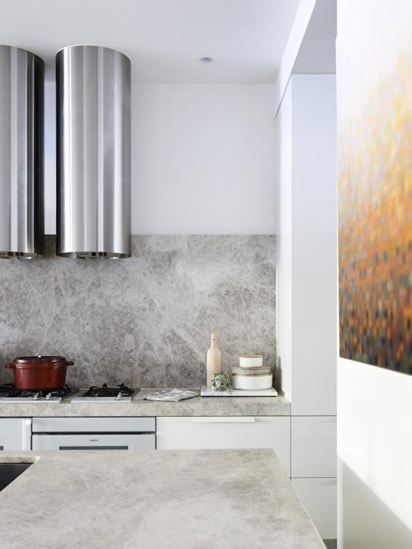 cocina decorada en colores grises empolvados y blancos rotos