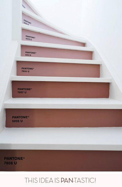 escalera decorada con pantone