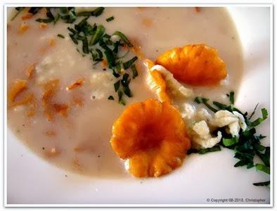 Zupa kurkowa z aromatycznymi kluseczkami.