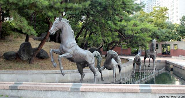 Estatuas de caballos en pequeño parque en Seocho