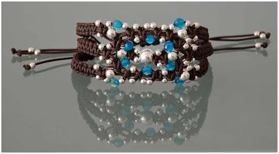 Brazalete marrón de plata y ágatas azules, montado en nylon marrón chocolate y terminales en plata