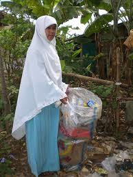 http://asalasah.blogspot.com/2013/03/mahasiswi-muslimah-cerdas-jadi-pemulung.html