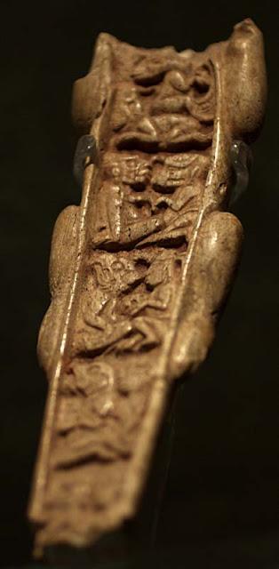 En la pieza se ven cuatro parejas sentadas  en una posición parecida a las de las  uniones mesoamericanas.Lo interesante  de este relieve es que la mayoría de las  criaturas son antropomorfas y el humano  que aparece en la imagen, abajo a la derecha,  hace una ofrenda a una criatura con apariencia  fantástica. Esto nos lleva al principio de todas  las mitologías antiguas donde se habla de las  uniones entre humanos y dioses, muchas  veces representados por animales.