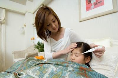 Nên làm gì khi trẻ bị sốt
