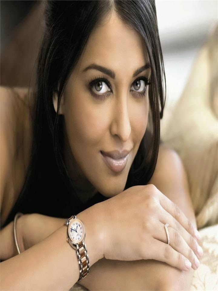 Aishwarya Rai's smokingly hot photoshoot looks very beautiful and hot hot bollywood actress
