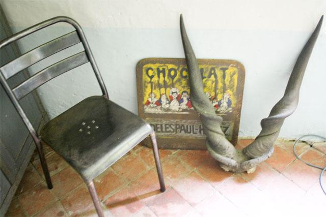 Chaise Tolix et plaque chocolat meunier vintage