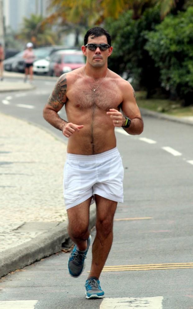 Juliano Cazarré, o Adauto de Avenida Brasil fazendo corrida