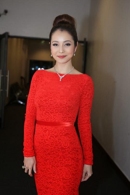 Jennifer Phạm khoe lưng trần