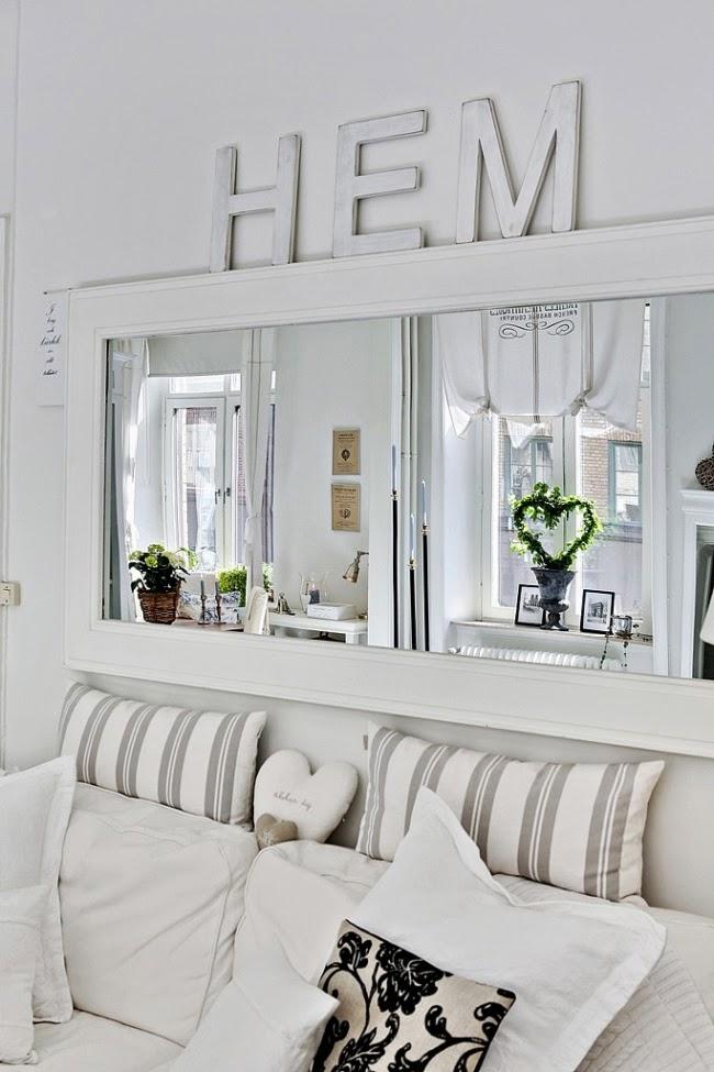 białe wnętrze, styl skandynawski, wiklinowy koszyk, ratanowy koszyk, salon, lustro, drewniany napis