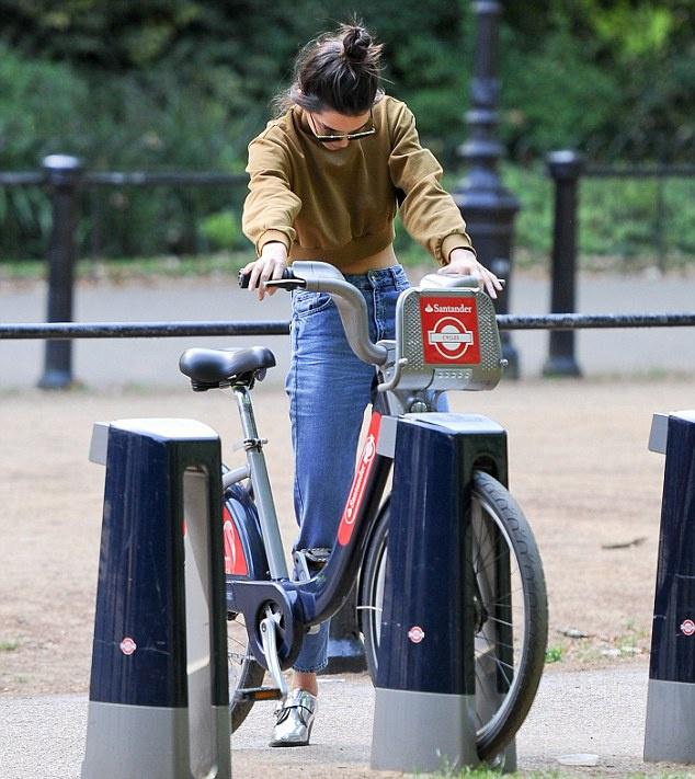Model tourist! Kendall jenner she explores London on a motorbike