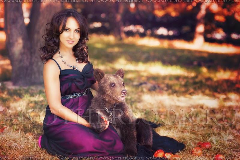 Девушка сидит с мищкой на руках. медведь