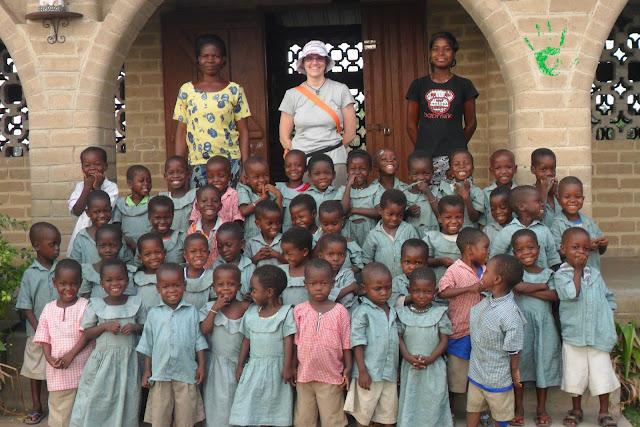 Immagini della scuola materna della missione in Africa