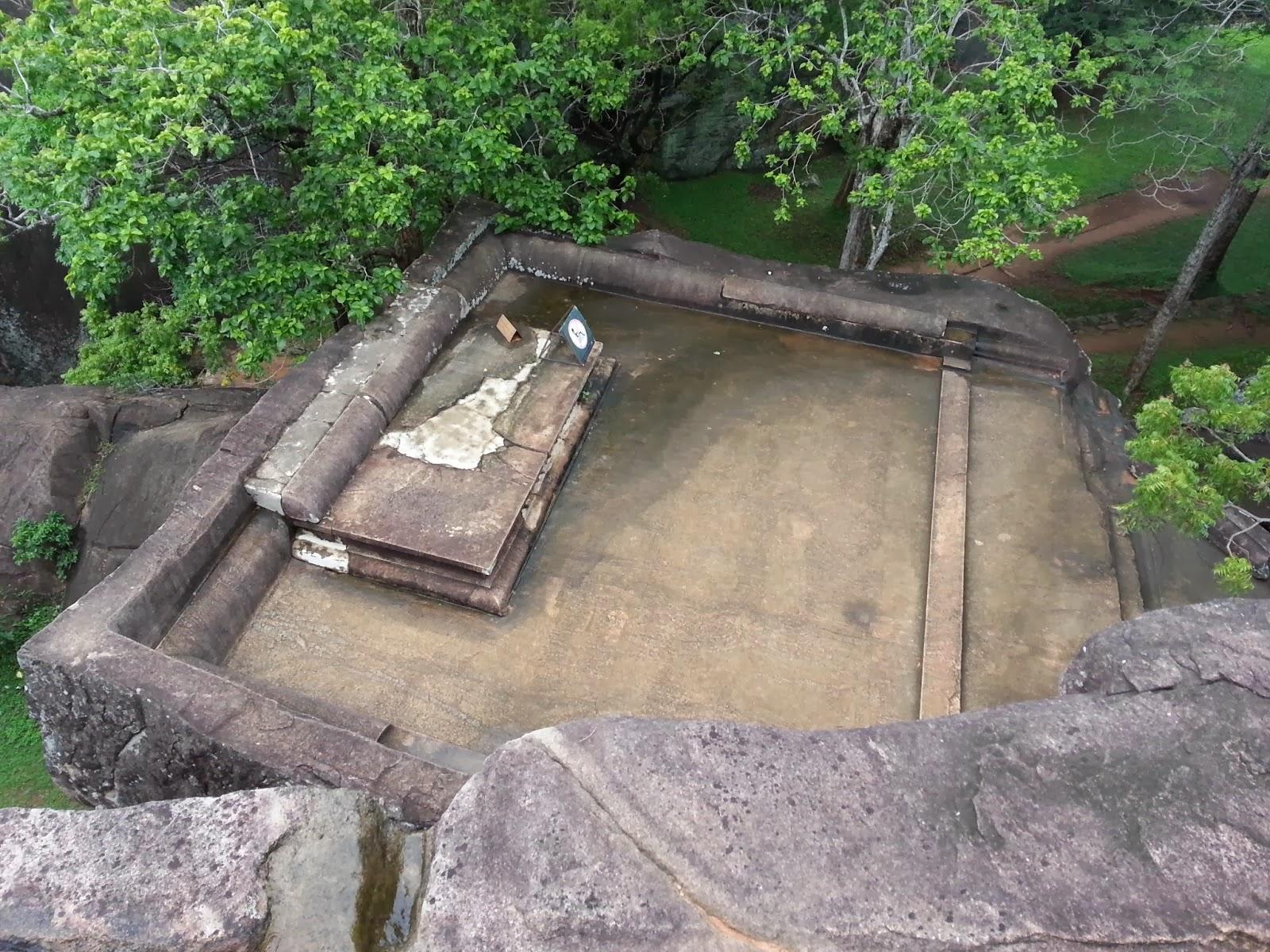 Сигирия тронный зал для приемов, трон и ровная площадка в гранитной скале