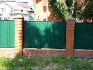 Забор из профлиста с кирпичными столбами. Фото 1