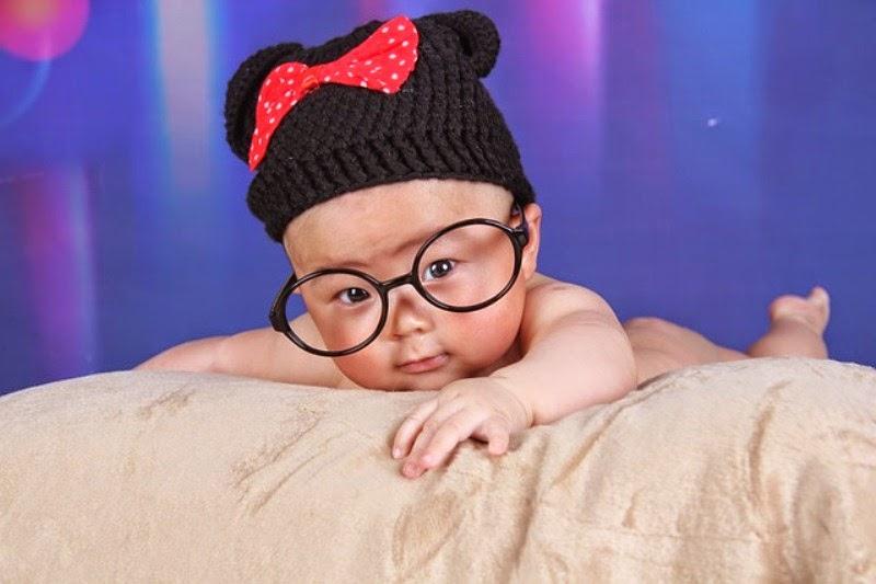 Foto bayi lucu memakai kacamata besar