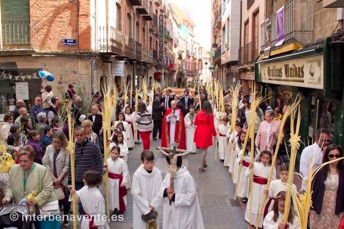 http://interbenavente.es/not/11175/los-ninos-acompanaron-a-jesus-en-la-borriquilla-en-la-primera-procesion-de-semana-santa/