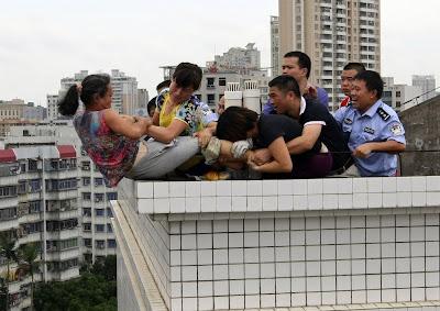 mujer china intenta suicidarse