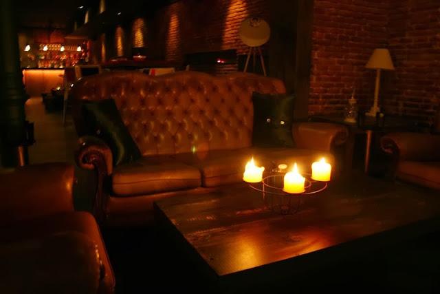Bar Veinti 7, detalle de sillones entrada