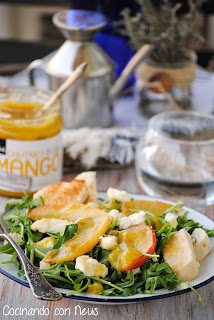 Ensalada templada de queso de cabra con manzana caramelizada y chutney de mango Can Bech