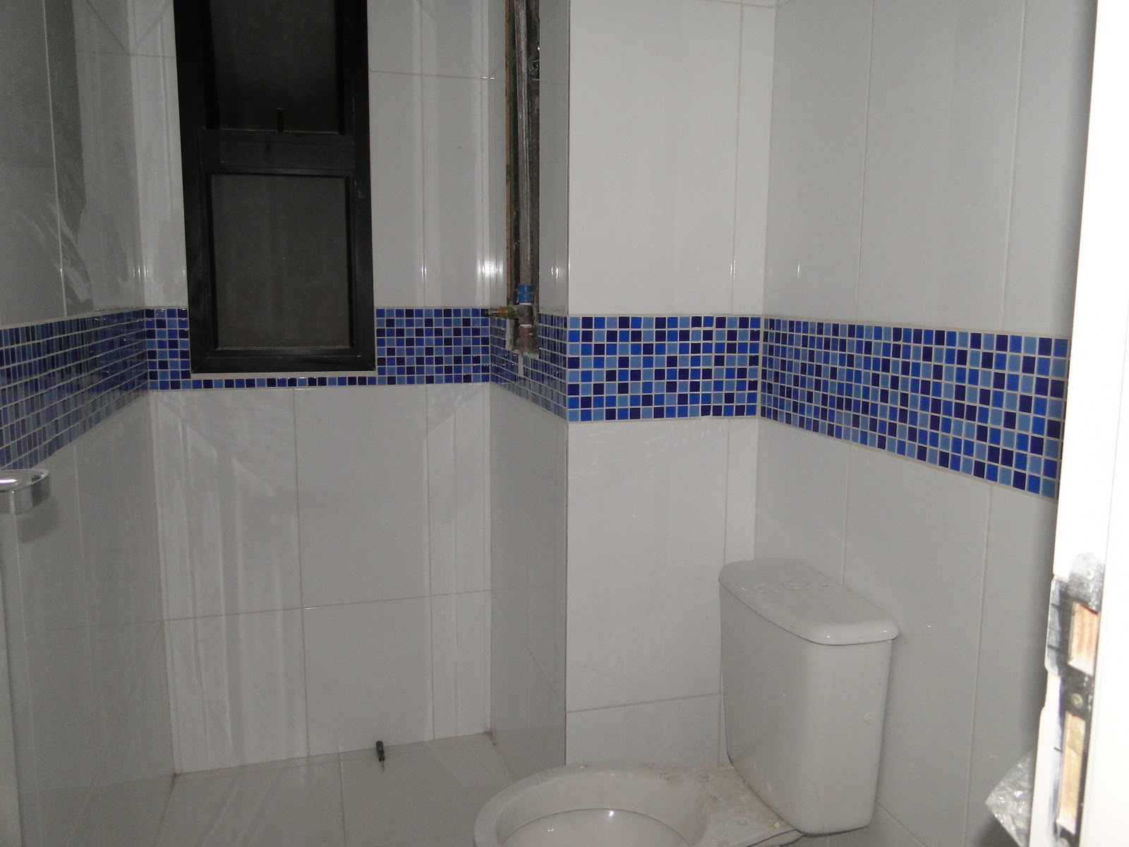 Seu Pedro ta andando bem rapidinho e amanhã começa a assentar o piso  #384269 1600x1200 Banheiro Azul Escuro E Branco