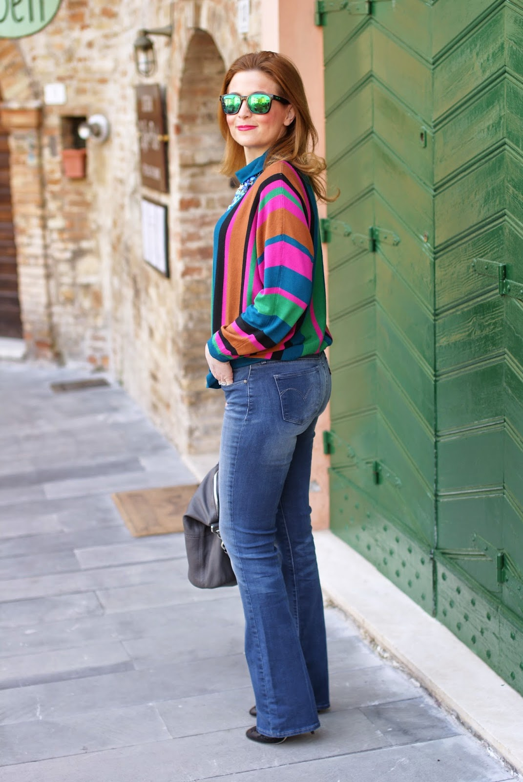 How to style flared jeans 2015, Levi's jeans for curvy bottoms, curvy bottoms in flares, pantaloni a zampa di elefante, fashion blogger 70s style, Givenchy Nightingale grey bag, Fashion and Cookies fashion blog