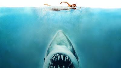 Otro cartel de Tiburón que muestra una bañista en la parte superior y abajo las enormes fauces del Tiburón Asesino