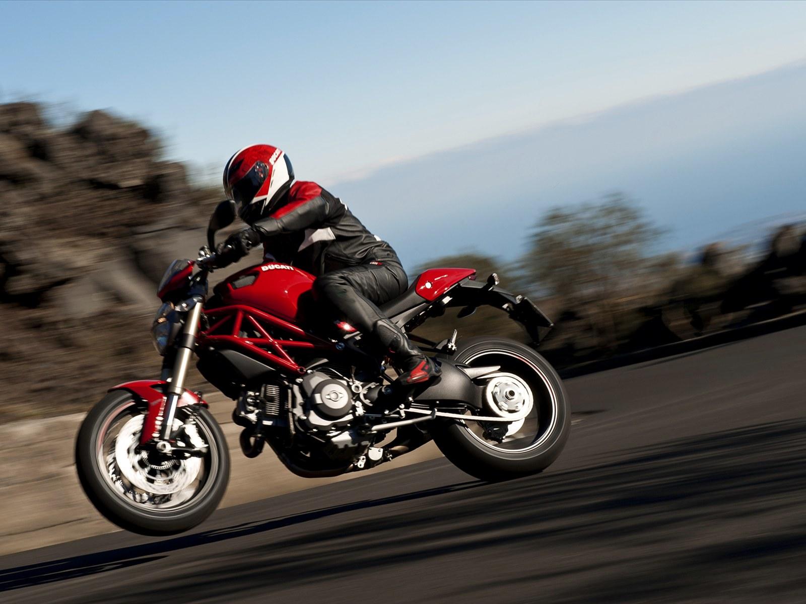 http://2.bp.blogspot.com/-RJ2sAPMMt9U/TeKG-XazB1I/AAAAAAAAAUo/lByWX1niYjw/s1600/2012-Ducati-Monster-1100-EVO-Pictures.jpg