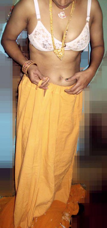 Indian Desi Aunty removing yellow saree indianudesi.com