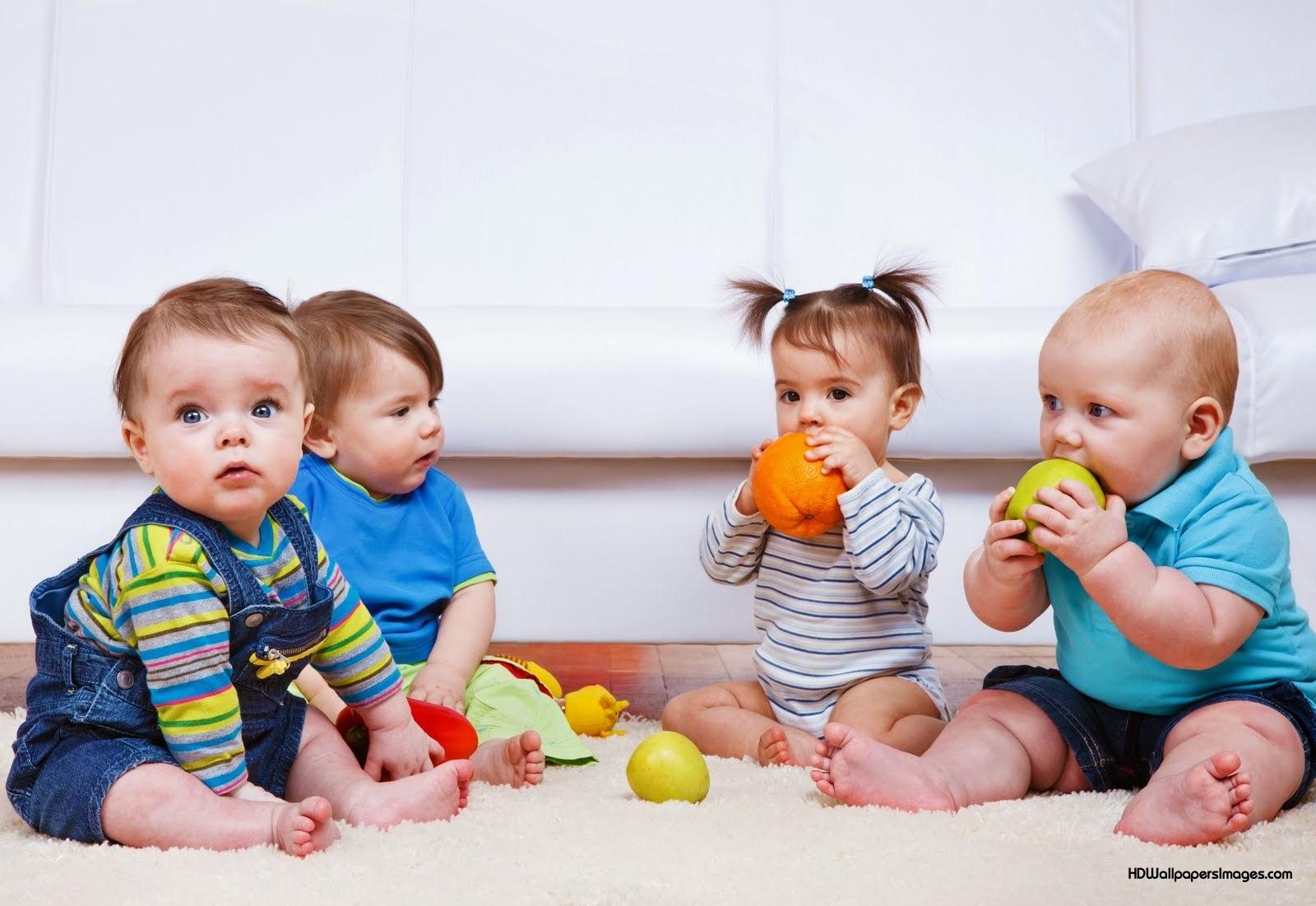Photo de bébés qui jouent