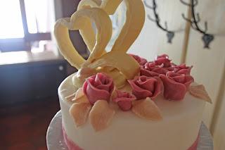 Herzen aus weißer Schokolade als Cake-Topper für die Hochzeitstorte