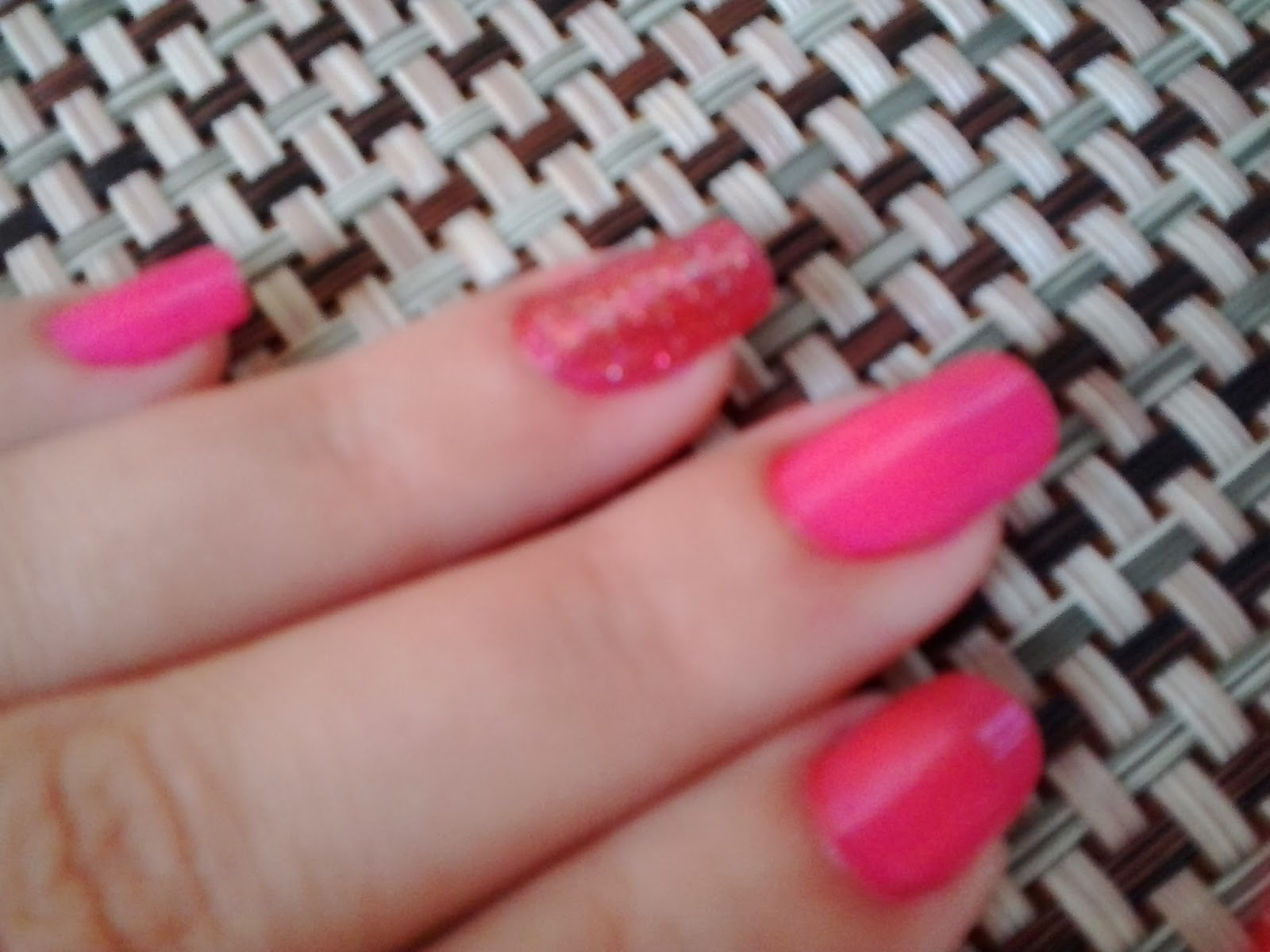 unhas cor de rosa