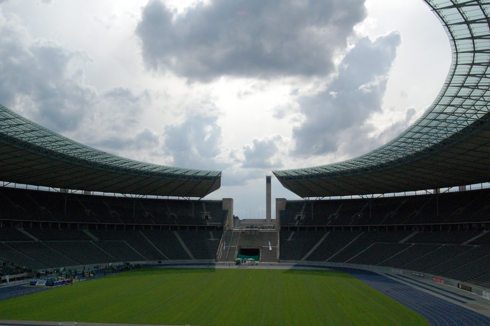 W temacie futbolowym Olympiastadion Berlin .. Stadion olimpijski w Berlinie