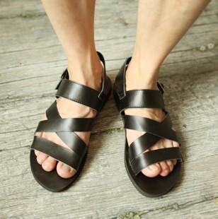 Pés masculinos usando sandálias de couro - Pés Masculinos