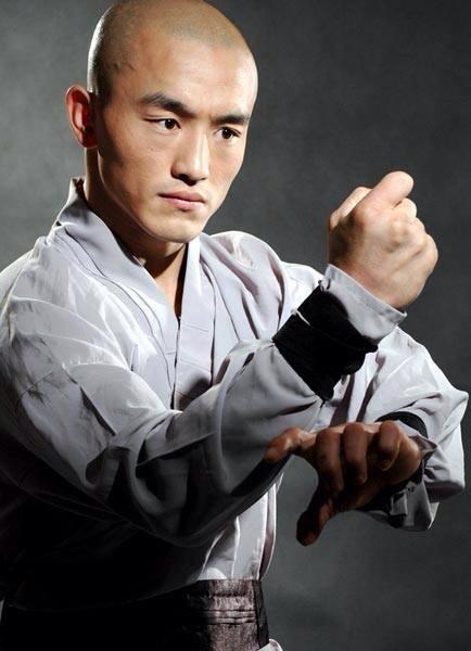 El monje en una de sus fotos oficiales en las redes sociales, practicando una pose de kung-fu.