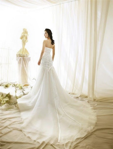 White Korean Wedding Dresses, Wedding dresses, white wedding dresses, long wedding dresses, long wedding dress, white wedding dress, korean wedding dress, korean wedding dresses, straples wedding dress, white strapless wedding dress, luxury wedding dress, exclusive wedding dress, glamour wedding dress, glamour white wedding dress, simple white wedding dress, simple wedding dress, simple korean wedding dress, wedding concept ideas, wedding design ideas, wedding dress ideas