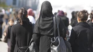 Une femme voilée au Bourget (Seine-Saint-Denis), lors de la Rencontre annuelle des musulmans de France,