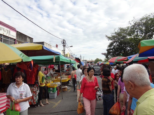 A similar ambience of Farmer's Market in the USA, which we call it as the Morning Market in Malaysia. The vendors sells different ranges of products from fresh food to clothing.
