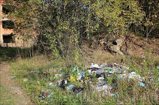 Свалка мусора около недостроенного санатория