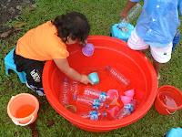 Contoh Bermain Anak, Permainan sentra Cair, Bermain Air