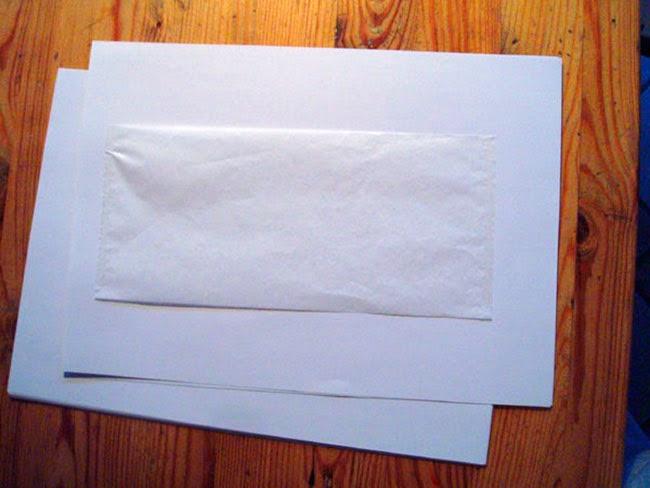 Papeles de seda pegados a los folios