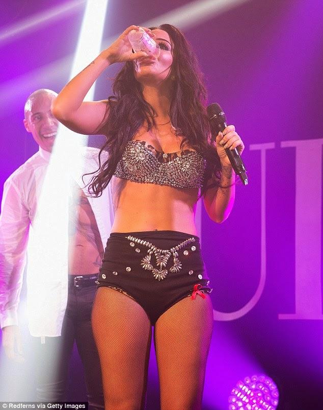 المغنية الانكليزية توليسا كونتوستافلوس تبهر الحضور في أول أداء لها منذ 18 شهراَ