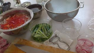 出張料理:サラダやラディッシュの下準備