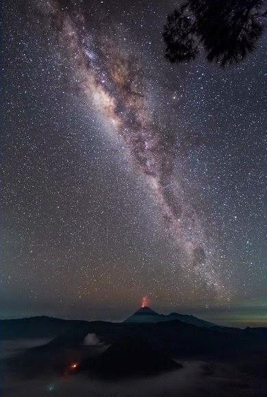 Pemandangan Siang dan Malam Hari di Bromo yang Menakjubkan