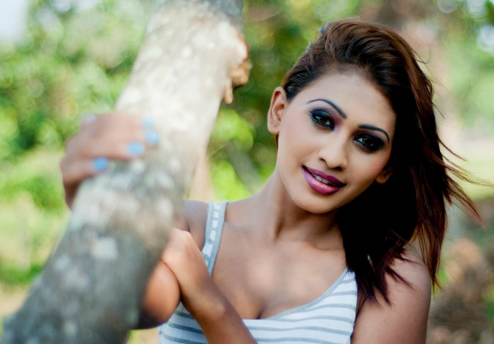 SL Hot Actress Pics: Piumi Hansamali hot back pics